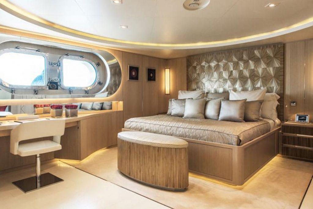 Light Holic Cabin Yacht Charter
